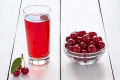 在玻璃和新鲜的樱桃的自创新鲜的樱桃汁 库存图片