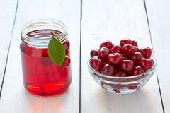 在玻璃和新鲜的樱桃的自创新鲜的樱桃汁 免版税库存图片