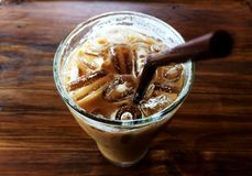 在玻璃和棕色管的冰冻咖啡 库存照片