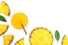 在玻璃和菠萝切片的菠萝汁在与拷贝空间的白色背景您的文本的 顶视图 库存照片
