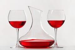 在玻璃和蒸馏瓶的红葡萄酒 库存图片
