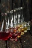 在玻璃和蒸馏瓶的被分类的酒精甘露酒 免版税库存照片
