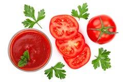 在玻璃和蕃茄的西红柿汁与在白色背景隔绝的荷兰芹叶子 顶视图 平的位置 免版税图库摄影