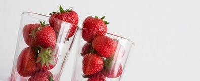 在玻璃堆的新鲜的草莓 免版税库存图片