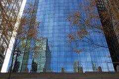 在玻璃墙在OneEleven W瓦克推进公寓,芝加哥的反射 图库摄影
