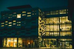 在玻璃大厦的光在晚上 库存图片