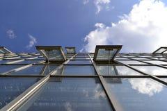 在玻璃大厦的开窗口 免版税库存照片