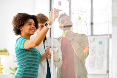 在玻璃委员会的创造性的队文字在办公室 库存照片
