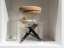 在玻璃容器的画笔有黄柏盒盖的 家庭组织 免版税库存图片