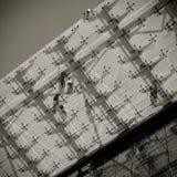 在玻璃屋顶的钳工在建造场所 库存图片
