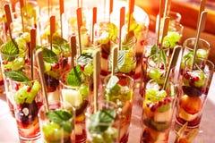 在玻璃杯子的水果鸡尾酒沙拉在党 库存照片