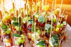 在玻璃杯子的水果鸡尾酒沙拉在党 免版税库存照片