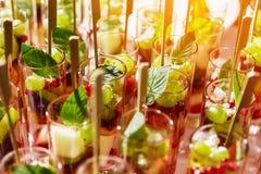 在玻璃杯子的水果鸡尾酒沙拉在党 库存图片