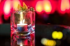 在玻璃杯子的灼烧的蜡烛 库存图片