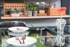 在玻璃桌上的空的盘在餐馆 免版税库存照片