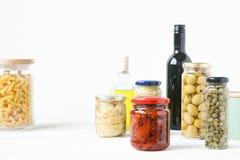 在玻璃瓶子保存的典型的意大利食物品种  免版税图库摄影