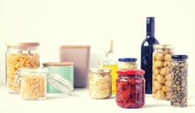 在玻璃瓶子保存的典型的意大利食物品种  免版税库存图片
