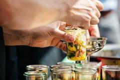 在玻璃瓶子和菜的自创沙拉 健康食物、饮食,戒毒所,干净吃和素食概念 库存照片