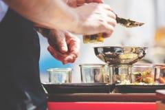 在玻璃瓶子和菜的自创沙拉 健康食物、饮食,戒毒所,干净吃和素食概念 免版税库存图片