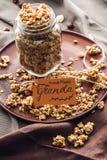 在玻璃瓶子的自创开胃格兰诺拉麦片有标记的 免版税库存照片