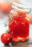 在玻璃瓶子的蕃茄果酱 库存图片