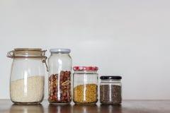 在玻璃瓶子的食物在与拷贝空间的木桌上 零的废物,塑料自由概念 免版税库存照片
