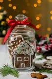 在玻璃瓶子的鲜美自创圣诞节曲奇饼 传统假日款待或礼物 图库摄影