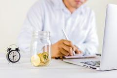 在玻璃瓶子的Bitcoin硬币金黄硬币在木桌,人r上 免版税库存图片