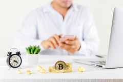 在玻璃瓶子的Bitcoin硬币金黄硬币在木桌,人u上 库存图片