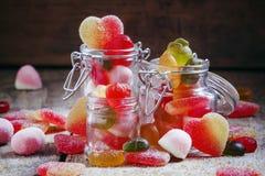 在玻璃瓶子,选择聚焦的明亮的多彩多姿的果冻糖果 免版税库存照片