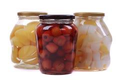 在玻璃瓶的不同的水果罐头 免版税库存照片