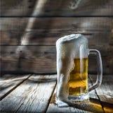 在玻璃的低度黄啤酒 库存图片