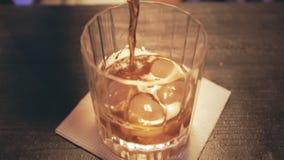 在玻璃的倾吐的可乐与冰 玻璃威士忌酒 威士忌酒可乐 威士忌酒液体 股票录像