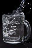 在玻璃的倾吐的水 库存图片