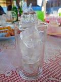 在玻璃的冰块 免版税库存图片