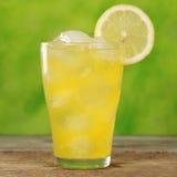 在玻璃的冷橙色柠檬水 免版税图库摄影