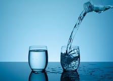 在玻璃的创造性的飞溅的水 免版税图库摄影