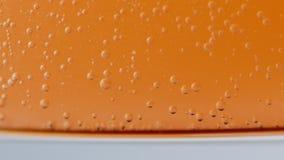 在玻璃的发嘶嘶声的液体泡影 影视素材