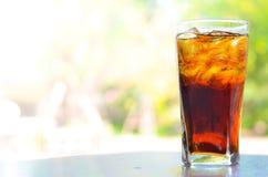 在玻璃的可乐在假日时间 免版税图库摄影