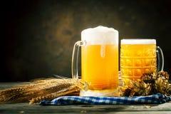 在玻璃的啤酒在黑暗的背景 Oktoberfest啤酒节日 选择聚焦 与拷贝空间的背景 免版税库存照片