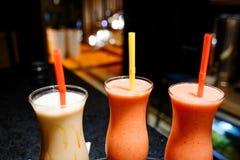 在玻璃的圆滑的人鸡尾酒以咖啡馆为背景 库存照片