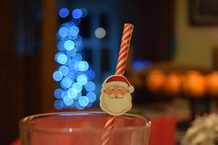在玻璃的圣诞老人秸杆 库存图片