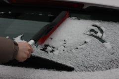 在玻璃的小雪 在车窗的雪花 冬天和假日的感觉 背景 从雪清洗汽车 免版税图库摄影