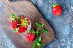 在玻璃的开胃成熟草莓 免版税库存照片