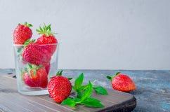 在玻璃的开胃成熟草莓 库存图片