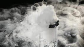 在玻璃的抽象白色烟从干冰的作用对黑暗的背景 股票视频