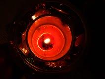 在玻璃的放松的明亮的红色蜡烛 图库摄影