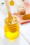 在玻璃的新鲜的蜂蜜 免版税库存照片