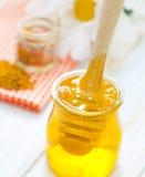 在玻璃的新鲜的蜂蜜 免版税图库摄影