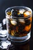 在玻璃的新黑莓饮料与冰块 免版税库存图片